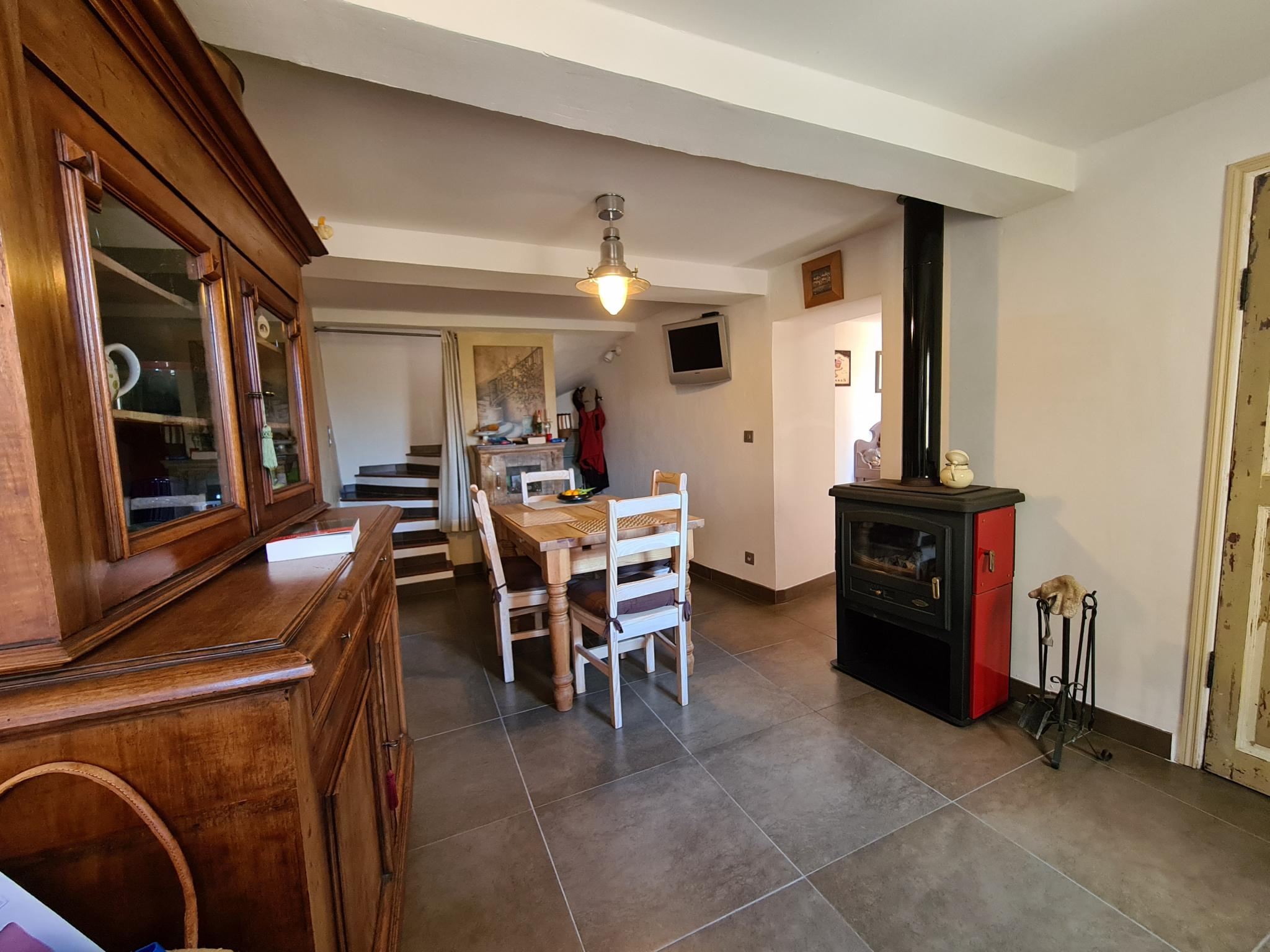 Niveau 1 : Entrée avec rangement sur séjour/salle à manger, poêle à bois
