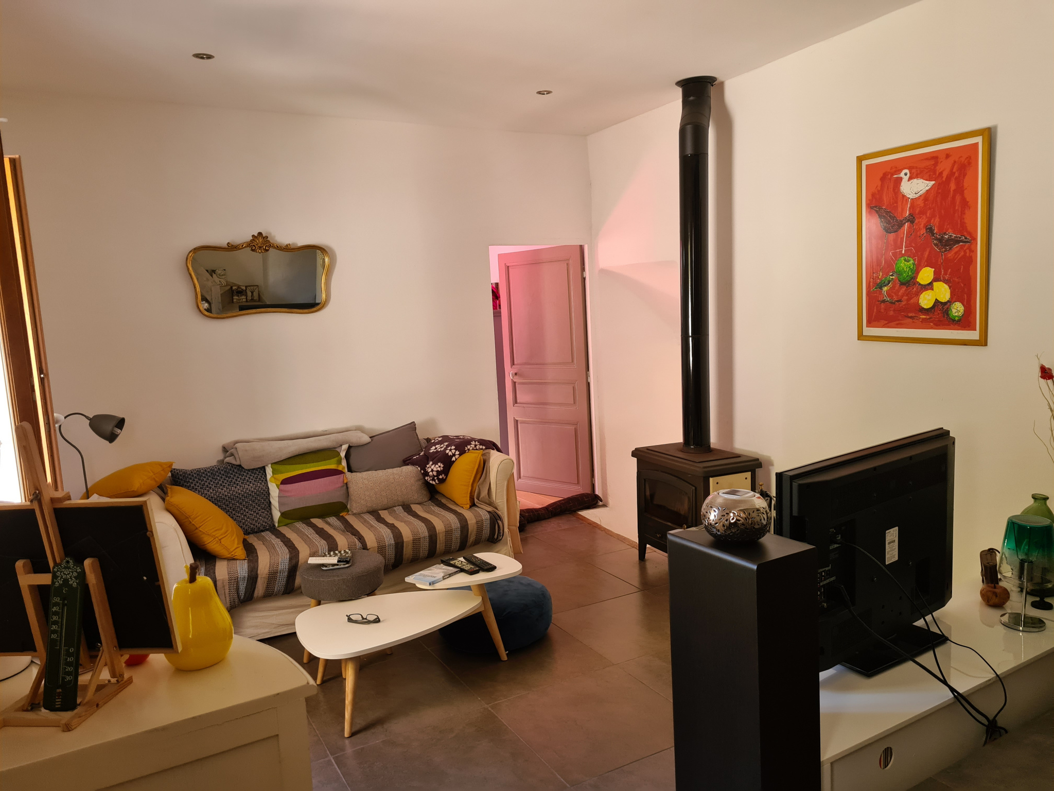 Niveau 1,5: Salon chaleureux avec poêle à bois, porte donnant sur la terrasse